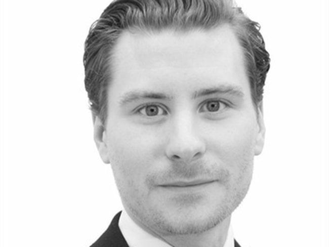 Mäklaren Christofer Roslin märker att kunder som tidigare tittade på större ettor eller små tvåor tvingas att gå ner i storlek för att ha råd.