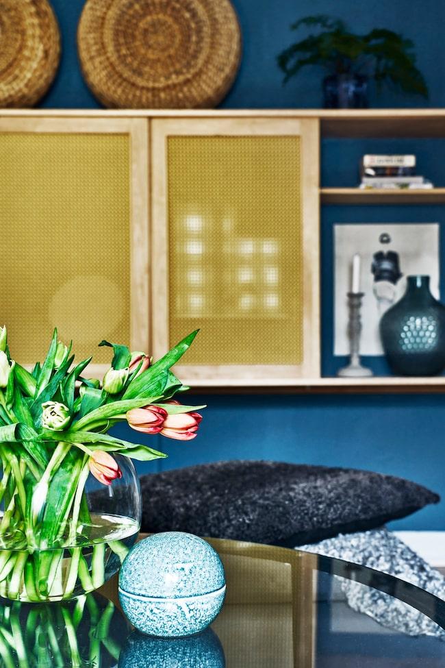 Snygg lösning i rotting för att gömma undan tv:n och låta vardagsrummet vara en plats för umgänge.