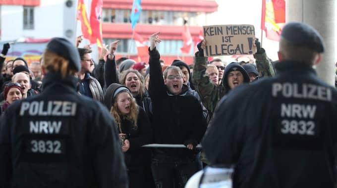 Tysk polis framför demonstranterna i Köln på lördagen. Foto: Oliver Berg / Epa / Tt