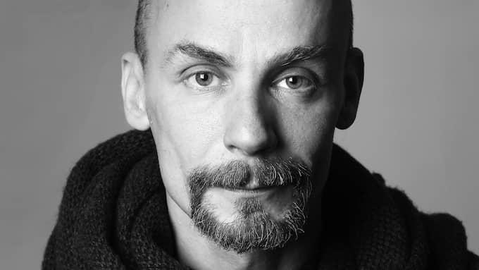 Poeten Emil Boss är även kassabiträde på Systembolaget. Foto: EVA BERGSTRÖM / LEJD