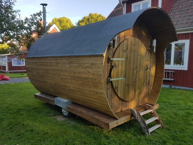 Ted Lillevold, 24, från Borlänge har just blivit färdig med ett unikt projekt. Av återbrukat material har han byggt en egen bastu –på hjul.