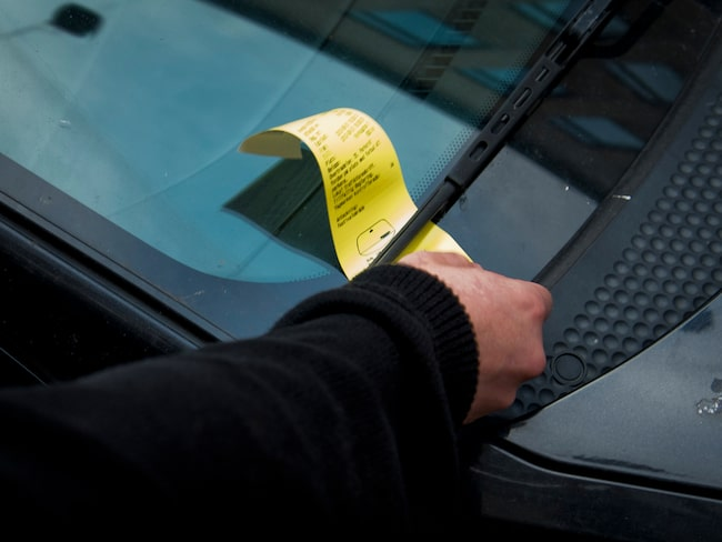 Går regeringen på Transportstyrelsens linje ska kommunerna kunna anlita parkeringsbolag för att även övervaka stillastående bilar.