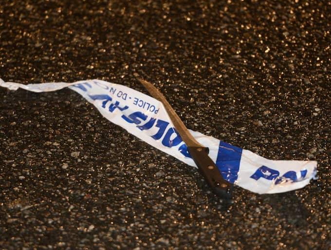 Kvinnan ska ha gått till attack mot poliserna med kniv vilket föranledde skotten. På platsen hittades en filékniv. Foto: Robin Aron