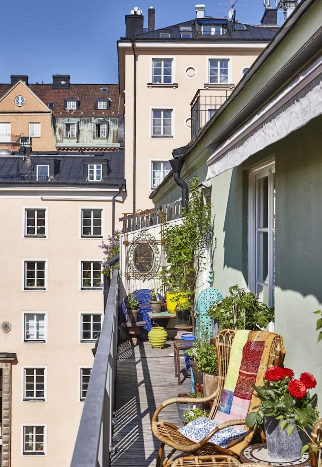 Balkongen. Under rätt årstid är balkongen så klart det bästa med att bo här tycker Annika. En kungsbalkong kallas en balkong på översta våningen som stäcker sig över flera rum, ofta hela lägenheten.