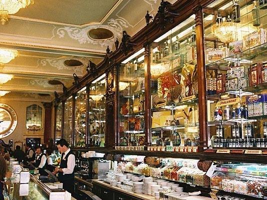 Desserten Pastelaria Versailles i Lissabon i Portugal hittar du Toucinho do Céu.