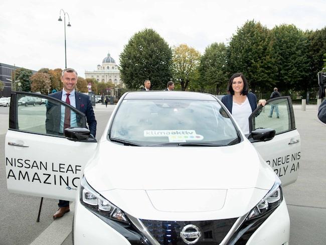 Österrikes transportminister Norbert Hofer och hållbarhetsminister Elisabeth Köstinger vid en Nissan Leaf.