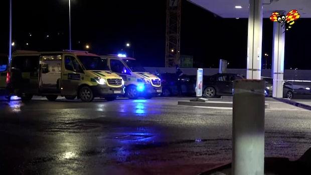 Två skjutna i bil på mack – man död