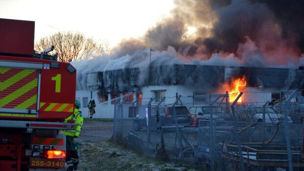 Våldsam brand – andra byggnader hotas