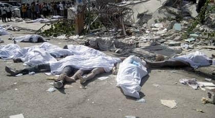 Kroppar ligger på gatorna i Haiti. Några har satt eld på dem för att protestera för att ingen hjälp kommer.