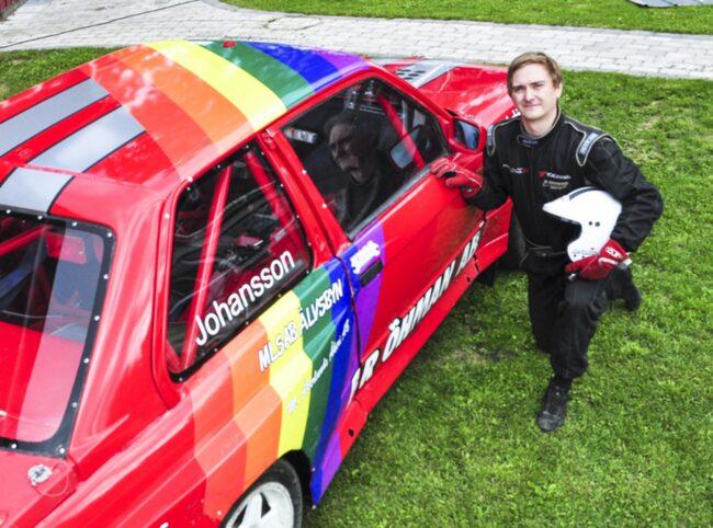 Viktor Johansson med den målade tävlingsbilen.