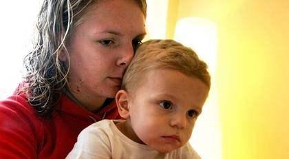 """Nya rekommendationer från Läkemedelsverket säger att friska barn under tre år inte ska vaccineras. Det betyder att Joel, 22 månader, inte får något vaccin. """"Självklart är jag orolig, eftersom influensan säkert sprids snabbare på förskolan"""", säger mamma Jessica Wid."""
