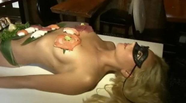 Här serveras maten på en naken modell