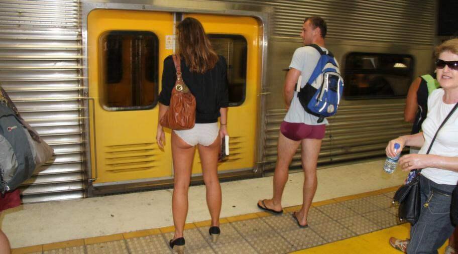 Äntligen kom tåget, båda hade valt att lämna byxorna hemma. Foto: Richard Milnes / Demotix