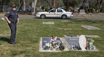 HAN GLÖMMER ALDRIG. Sheriff Vern Higgins vid Richard Hellbush grav. Hellbush var polisen som mördades av Annika Östberg och hennes pojkvän 1981 - och Vern är den enda polis som jobbade den natten och fortfarande är i tjänst. Foto: Thomas Engstrom