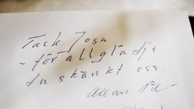 """Först att skriva i boken var Josefins pappa Allan Nilsson. """"Tack Josa – för all glädje du skänkt oss"""", skrev han. Foto: Anna-Karin Nilsson"""