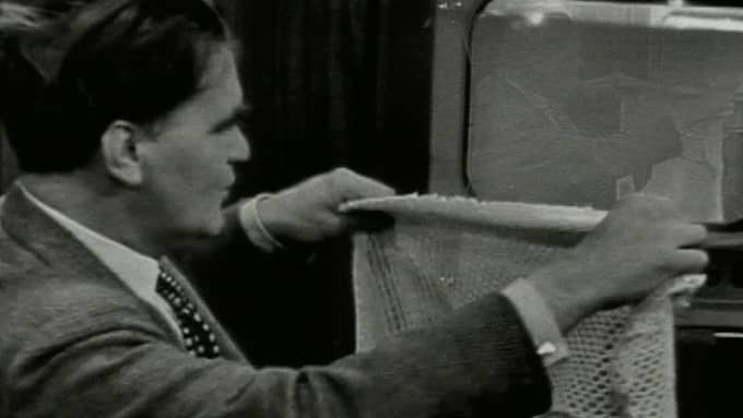 Kjell Stenssons legendariska tv-inslag om nylonstrumpan som skulle träs över tv-apparaten för att få färg-tv. Foto: SVT