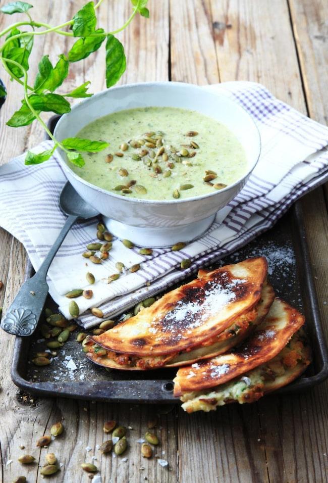 <strong>Broccolisoppa med svampquesadilla</strong><br>Busenkel och krämig grönsakssoppa som serveras tillsammans med en läcker varm svampmacka.