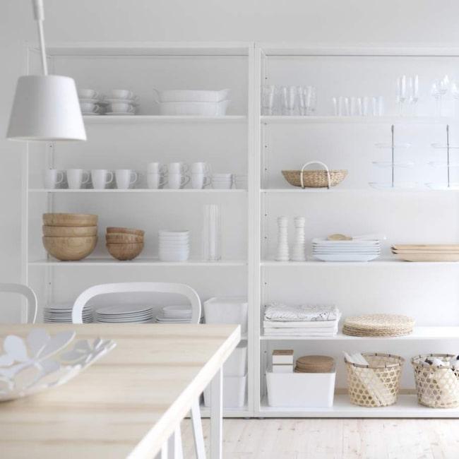 1 Öppna hyllor. Vita plåthyllor, Fjälkinge, 1 295 kronors styck, Ikea.