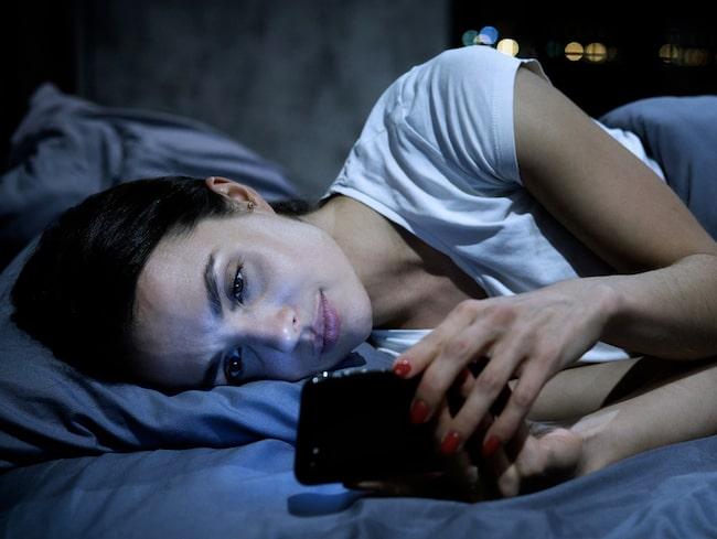 Många tror att en app som mäter sömnen ska hjälpa en att sova bättre, men sömnexperten höjer ett varnande finger.