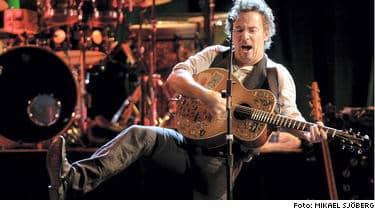 Bruce Springsteen visar redan från start att publiken ska få en riktigt stor upplevelse med sig hem.