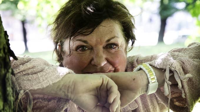 Viveca Lärn, 73, författare och journalist som skrivit och läst i hela sitt liv, riskerar att bli blind. Foto: PER WISSING