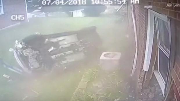 En misstänkt rattfyllerist flydde från polisen och kraschade in i ett hus