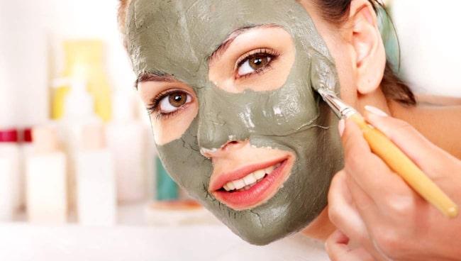 <span>Mosa en avokado och smörj in i ansiktet. Har du väldigt torr hud – ha gärna i lite olivolja.<br></span>