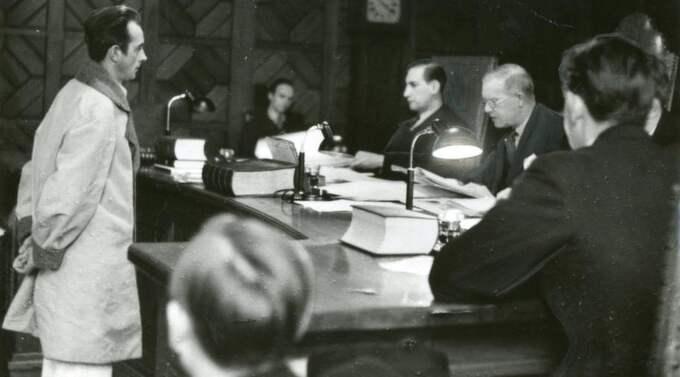 """Olle Möller, här inför domaren rådman Österberg i Stockholm 1939, var den svenska kriminalhistoriens mest kände mördare. Men boken """"Mördaren i folkhemmet"""" får Leif GW Persson att plötsligt tro att Möller var oskyldig. Foto: ARKIV"""