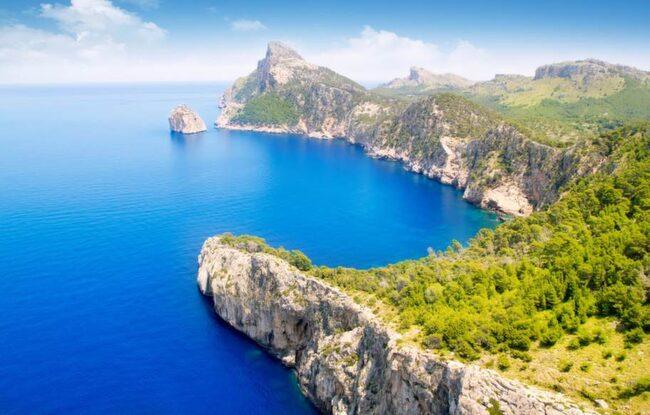 VACKRAST PÅ ÖN. Vägarna till klippudden Cap de Formentor är slingriga – men det är väl värt att ta sig hit. När det är klart väder ser man hela vägen till Menorca.