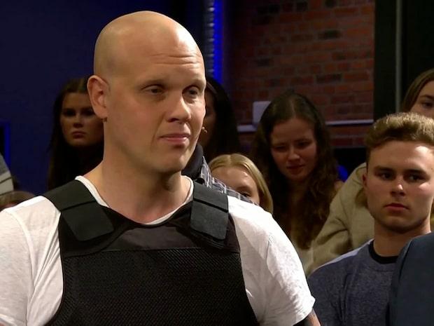Joakim Lamotte om hotbilden – dök upp i SVT i skyddsväst