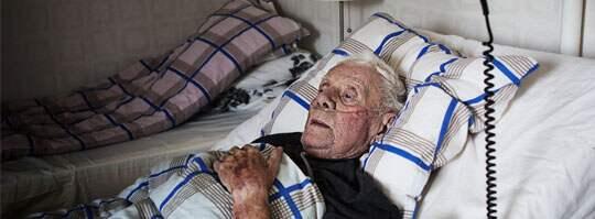 """""""Skandalöst"""". Rolf Johansson är hemma igen i Västra Frölunda efter vistelsen på Sahlgrenska sjukhuset. """"Det är skandalöst"""", säger han om behandlingen han fick på akuten. Foto: Anna Svanberg"""