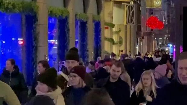 Coronaträngsel vid NK:s julskyltning i Stockholm