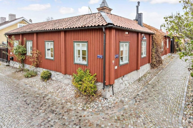 Två hus ingår på gården, som ligger i eftertraktade Kyrkbacken i Västerås.