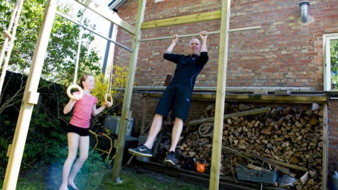 Peter Kroon och dottern Vilda visar sina färdigheter i gymmet ute i trädgården. Foto: Tomas Leprince
