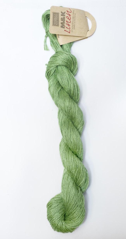<strong>LINGARN</strong><br><span>Vad:</span> Lin hör till stjälkfiberväxterna. Finleken på linfibrerna påminner om bomullsfibrerna, men är rakare och glansigare. Jämfört med bomull är linet känsligare för blekning och höga tvättemperaturer.<br><span>Bra till:</span> Lin är behagligt mot huden. Materialet både svalkar och värmer - allt efter kroppstemperatur. Passar till svala sommarplagg. Färgskalan består av ljusa dämpade pasteller.