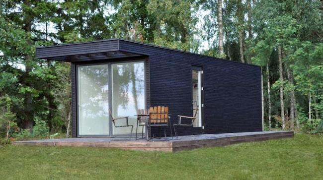 <strong>ONE +</strong><span>Möjligheternas hus</span><span>Minihus  som byggs i lösvirke men består av ett antal moduler som du väljer  mellan. Levereras helt inflyttningsfärdiga. Köp ett 25 kvadratmeter  stort hus från början eller komponera ihop flera mindre hus.  Bakom  ritningarna står den danske arkitekten Lars Frank Nielsen.</span><span><strong>Pris: </strong>320 000-500 000 kronor.</span><span><strong>Info: </strong>Add a room, addaroom.se.</span>