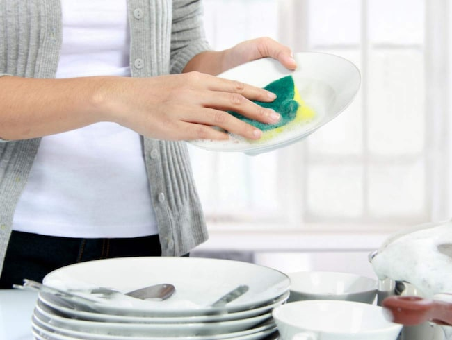 Vem gillar mycket disk, egentligen? Slipp berg av glas och koppar som samlas på hög under dagen genom en fin och smart lösning.