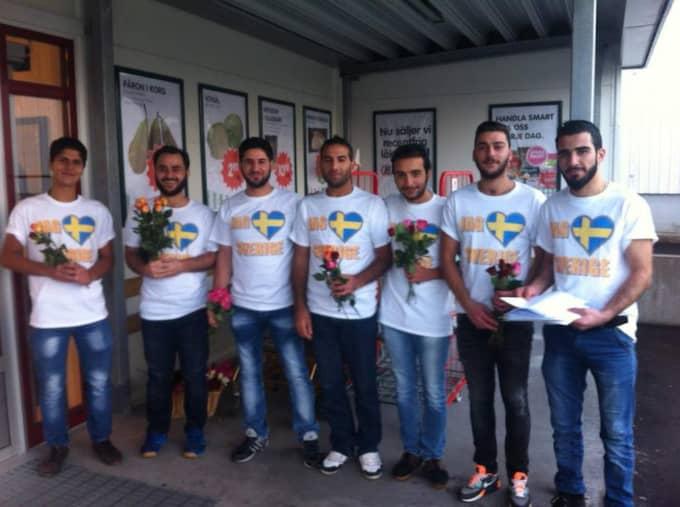 """Vill tacka. I Sverige har de syriska flyktingarna återfått tryggheten. Nu vill de tacka för stödet. """"Sverige har ställt upp på ett jättefint sätt"""", säger Husyin Kello. På bilden är från vänster: Jneed Mohammed, Mohammed Almuslem, Mouaid Muasa, Naser Salyman, Nazer Salyman, Abdel Hadi och Huseyin Kello."""