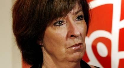 Oppositionsledaren Mona Sahlin vill att regeringen visar en kalkyl för vad en nedläggning av Saab och dess underleverantörer kostar skattebetalarna.