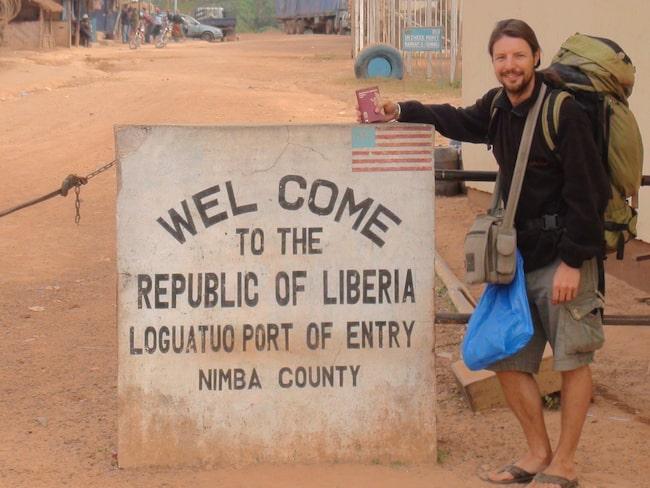Här poeserar Eddie Gustin vid Liberias gräns.
