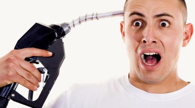DYRT SLARV. Råkar man tanka bensin i dieselbilen kan det bli riktigt dyrt, även med försäkring.