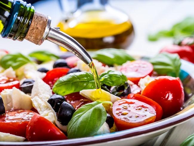 Oliver, tomater, valnötter, fisk och bär är en del av den mathållning som kan förbättra din sömn.
