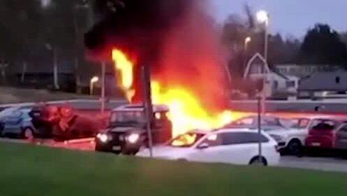 Två bilar landade på taket efter kraftig explosion – se bilderna