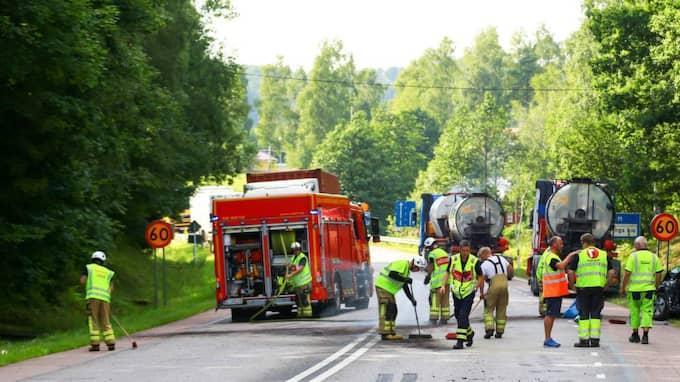 En personbil och en lastbil kolliderade på riksväg 40. Räddningstjänsten hade svårt att ta sig till platsen. Foto: Henrik Åslund / Hs-Foto