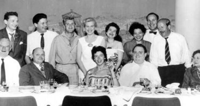 JOHNNY BODE SHOW på Ambassadeur 1958. Tretton personer vid bordet och i dag har vi lyckats spåra nio med hjälp av Expressens vakna läsare. Bibi Nyström i mitten längst fram och bredvid henne i vit skjorta värden själv, Johnny Bode.