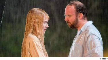 Lady in the Water. Bryce Dallas Howard och Paul Giamatti i LADY IN THE WATER Foto: Frank Masi © 2005 Warner Bros. Entertainment Inc. PUBLICERAD TEXT: