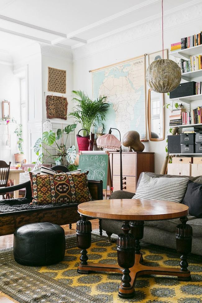 Vardagsrummet är samlingspunkten i hemmet, här finns plats för både matbord och soffgrupp. Soffan är köpt på Blocket, schäslongen är från Bukowskis och bordet fick Kajsa när grannhuset städade ur sin vind.