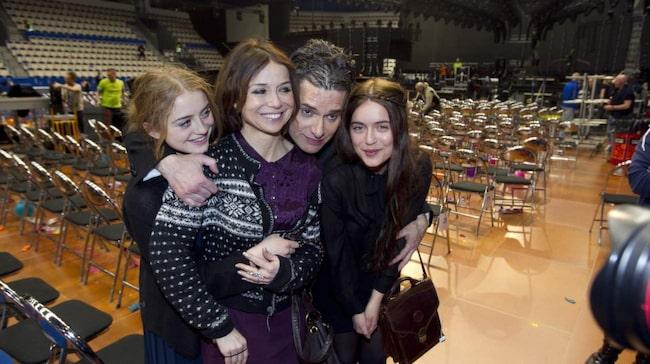 """<span><strong>Bra relation. </strong>Annika och döttrarna var på plats för att stötta Thorsten Flinck när han var med i Melodifestivalen 2012. """"Ingen är gladare än jag om han mår bra"""", säger Annika.</span>"""