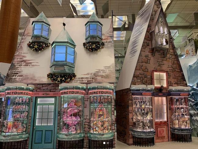Honeydukes godisaffär, Hogwarts Express och Zonkos skämtbutik ingår i flygplatsens nya inredning.