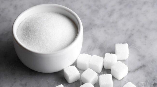 37-45 KILO SOCKER PER ÅR. Så mycket socker äter vi per person i Sverige. Vi äter mindre rent socker än tidigare - men äter mer godis och choklad.